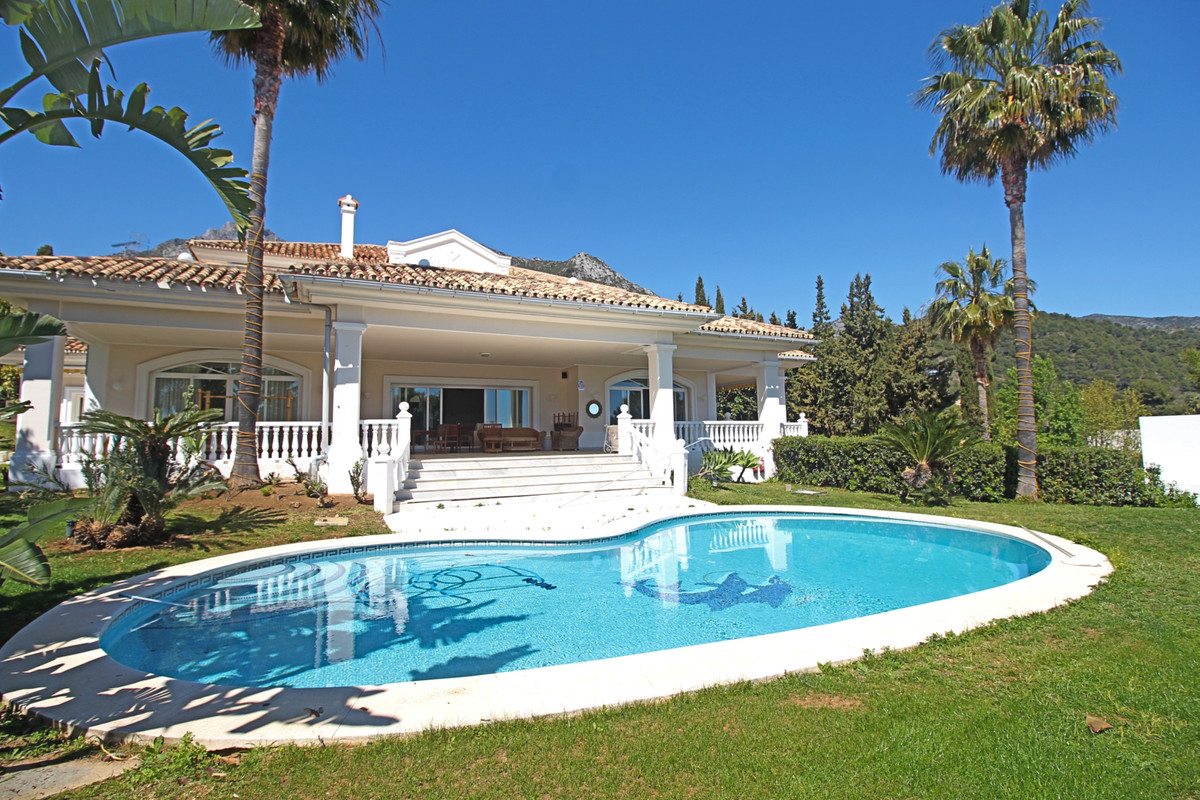 This classic detached villa is located in a very demanded and prestigious area of Marbella – Sierra ,Spain