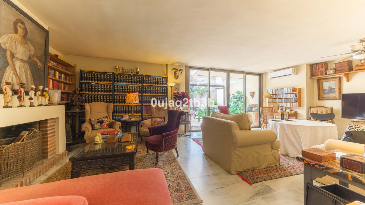 Ample townhouse in a closed gated complex,Spain