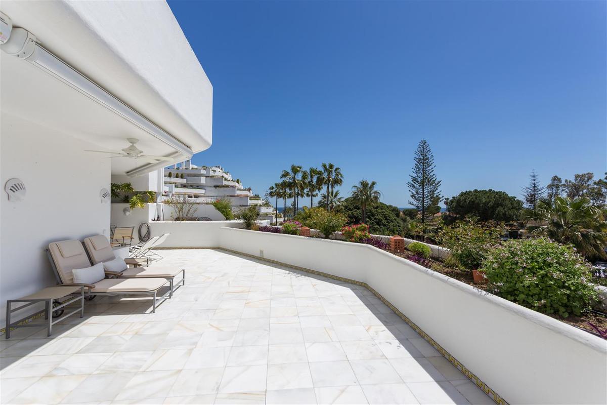 Apartamento, Planta Media  en venta   y en alquiler    en Guadalmina Baja