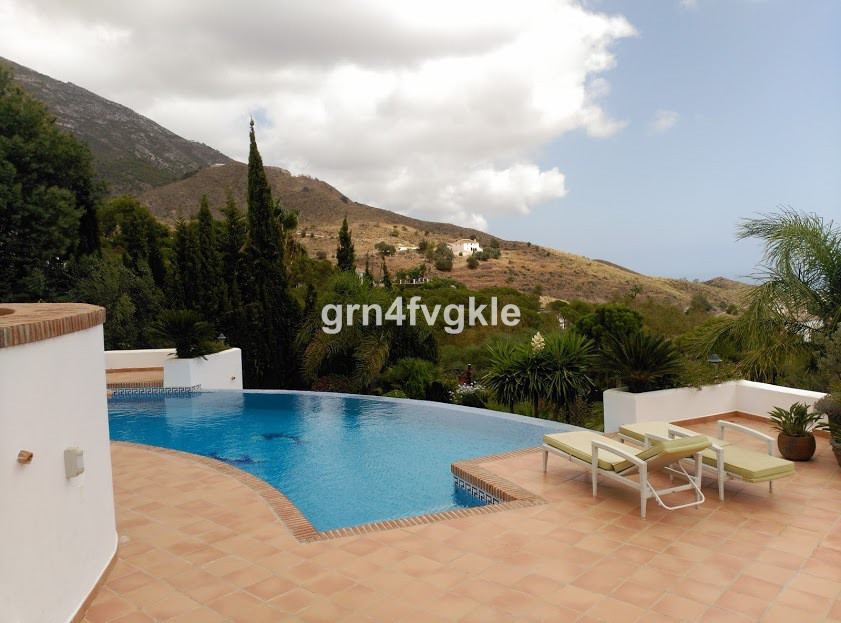Villa  Detached 													for sale  																			 in Valtocado