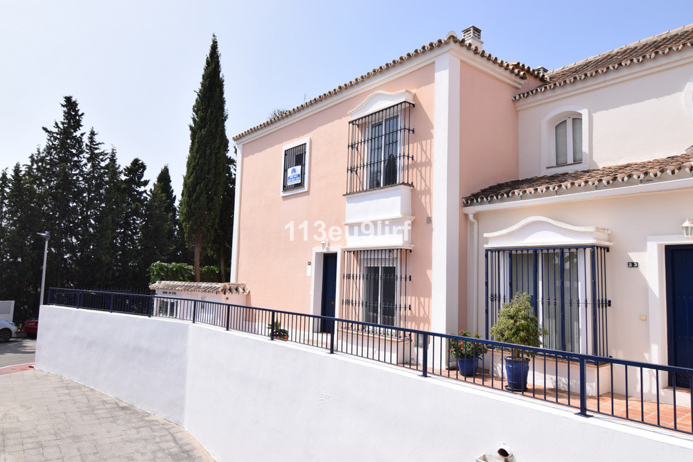 Situated only 1000 m from the beach, this corner townhouse offers peace and tranquility but is still, Spain
