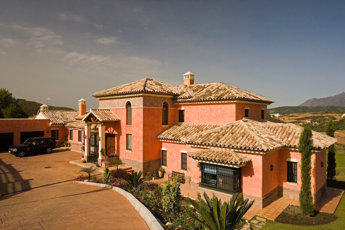 The perfect home for a golfing family. This elegant, imposing villa is located in an elevated positi,Spain