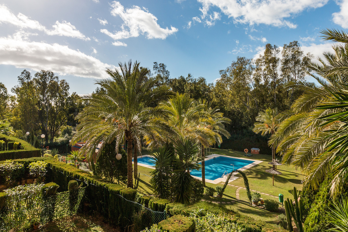 This immaculate two bedroom, two bathroom first floor apartment is located in Atalaya Green, Estepon,Spain