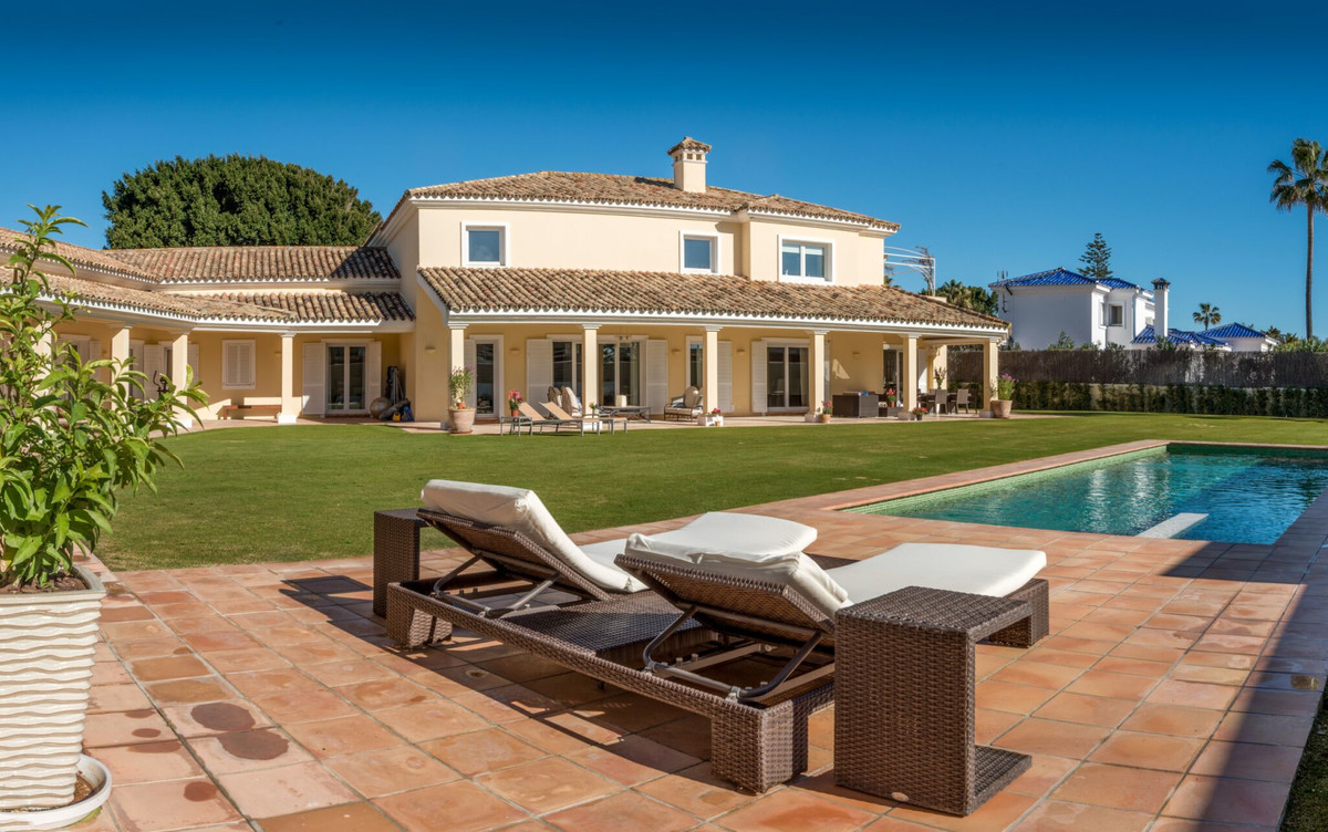 This wonderful family home is located in the sought-after King's and Queen's area of Sotog, Spain