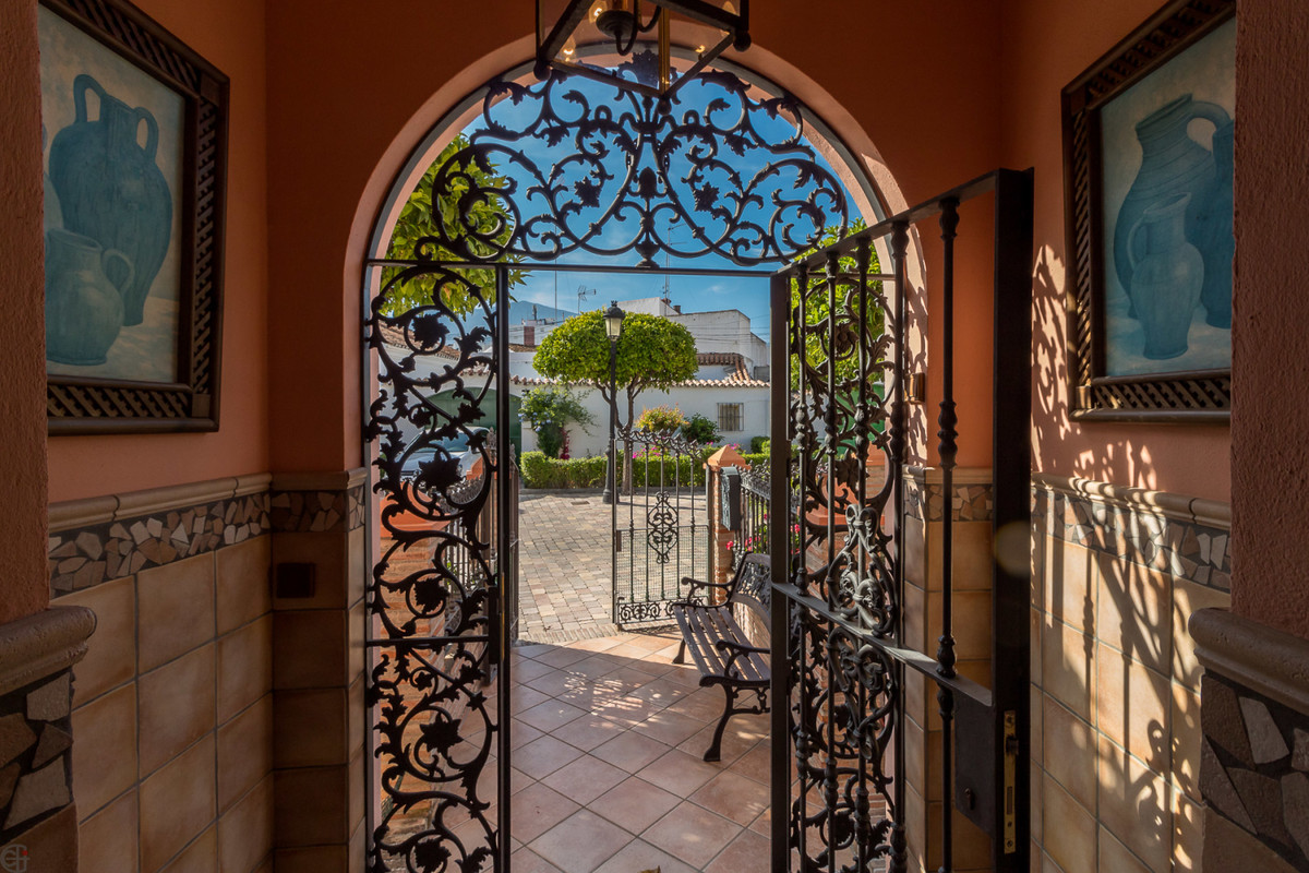 This house is like an oasis of tranquility, in the middle of the magnificent old town scenery of Est, Spain