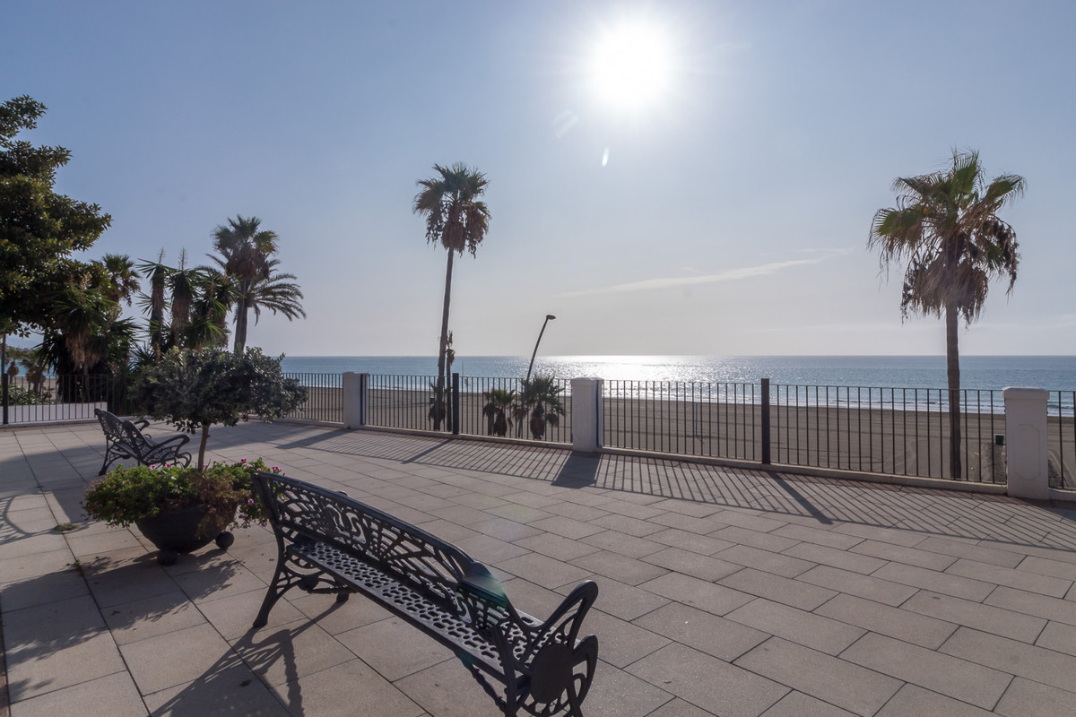 Townhouse in a quiet location, close to the beach.  The property is distributed on two floors. The g,Spain