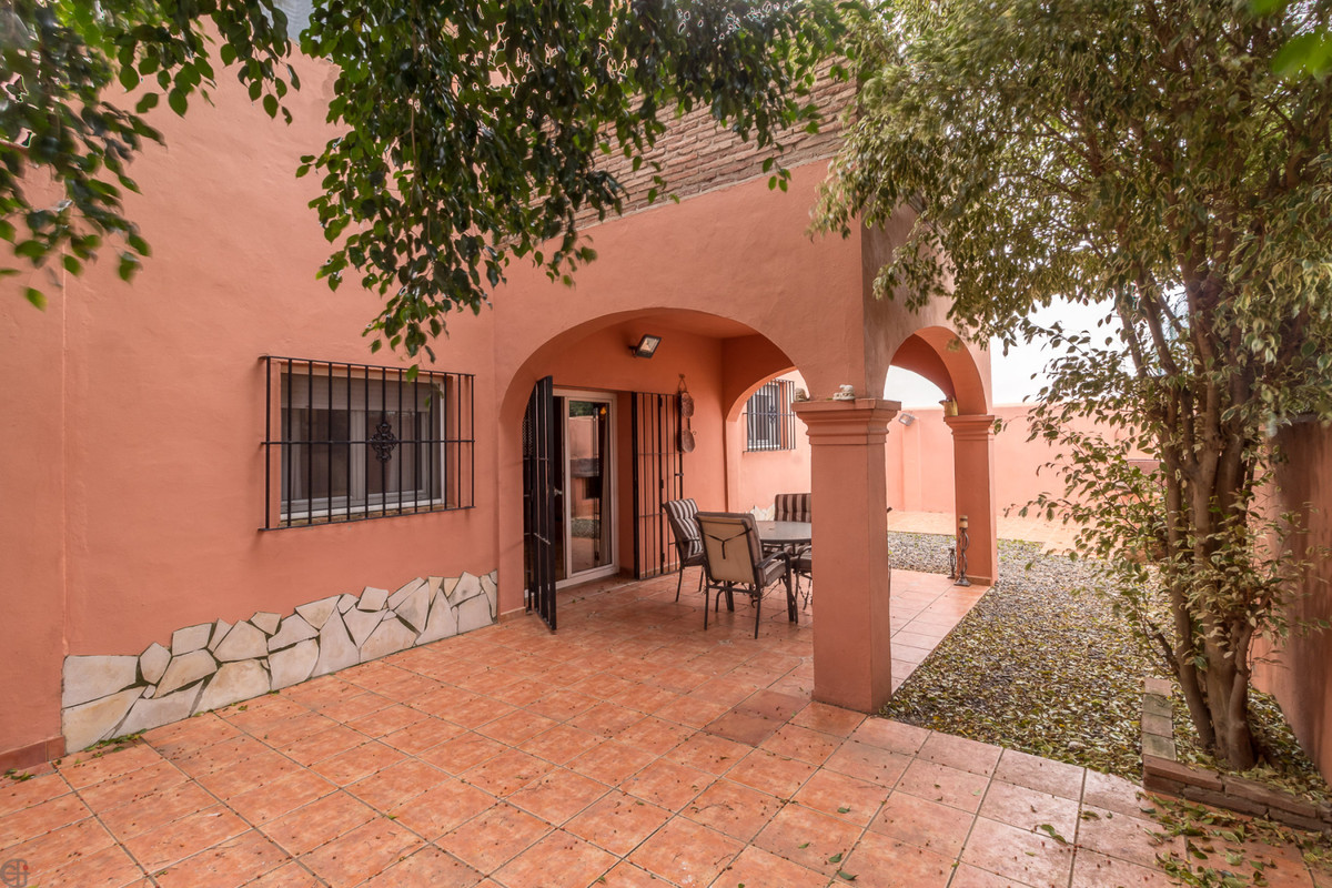 Spacious house in a quiet and idyllic location.  This great property consists of a large American-st,Spain