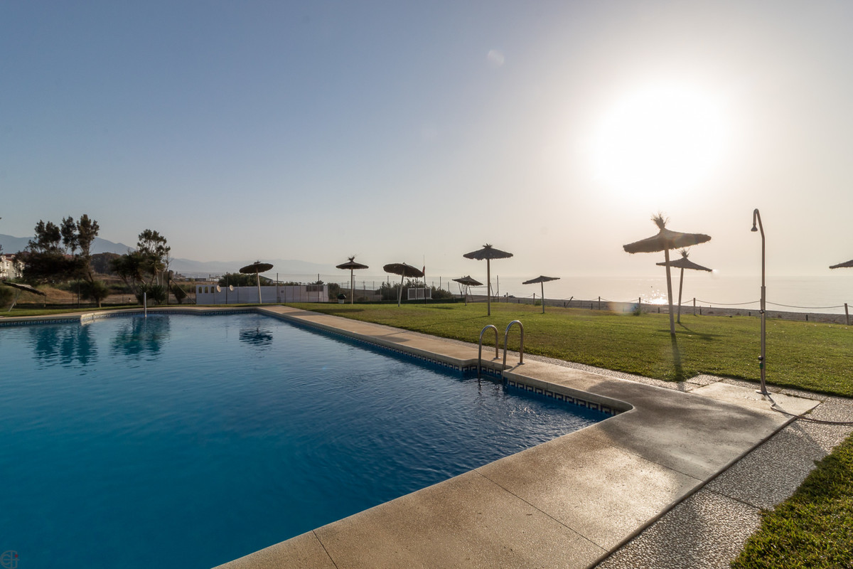 Cornerhouse just a few meters from the beach, with sea views.  This lovely house, located in the pop,Spain