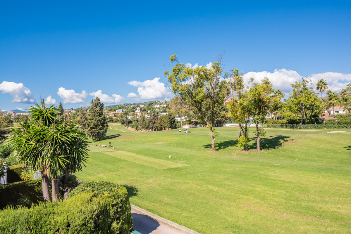 This newly renovated 3-bedroom townhome is located in the luxury golf and country club of Los Naranj,Spain