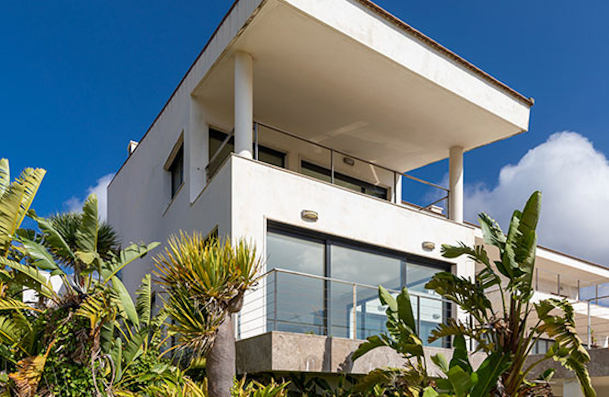 Chalet for sale in San Roque (Cadiz). 1,122 m² built chalet distributed over three floors. It has co,Spain
