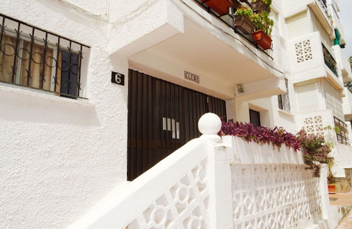 R3639488   Middle Floor Apartment in Estepona – € 110,000 – 3 beds, 1 baths