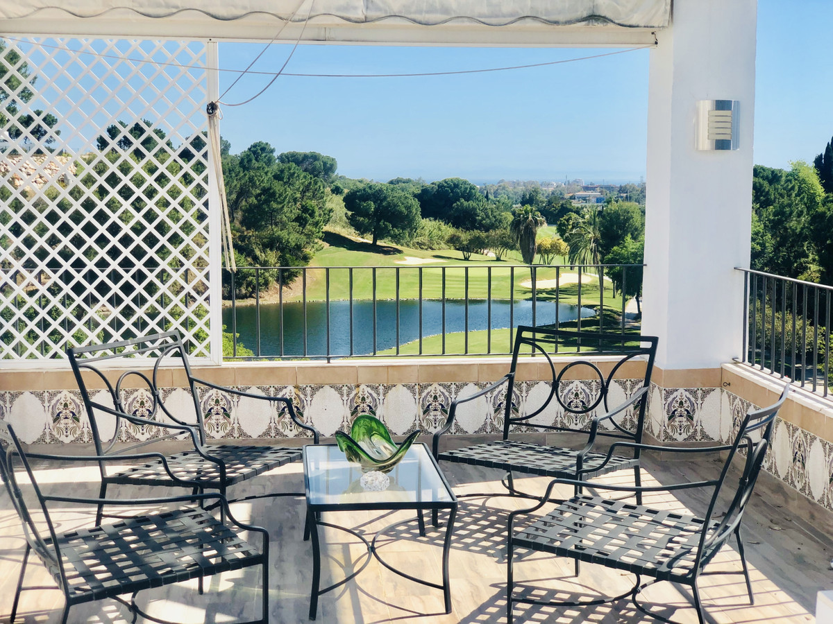 Splendid corner penthouse apartment in a gated, secure complex directly on the la Quinta Golf Course,Spain