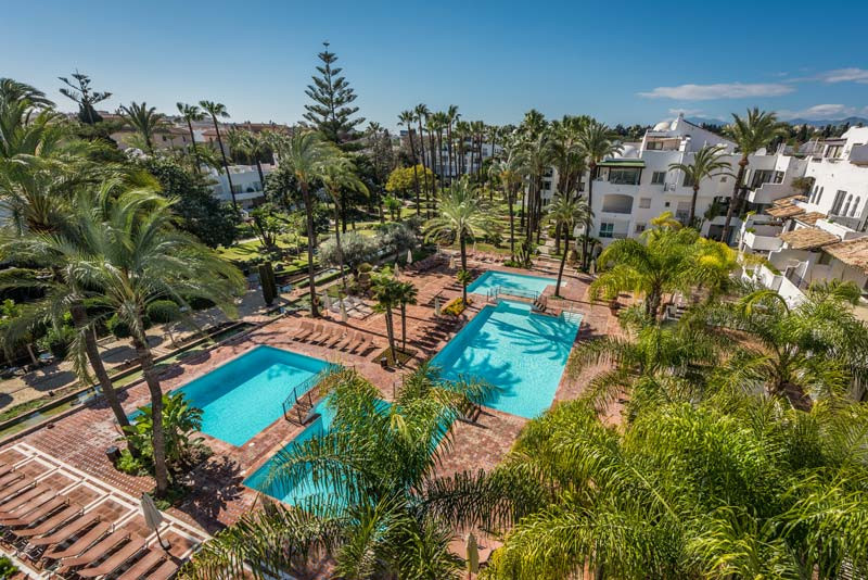 Stunning, ample and bright penthouse in the renowned La Alcazaba complex, next to the beach in a gat, Spain