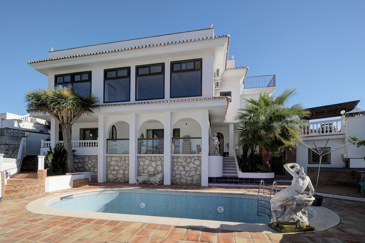 Spacious 5 bedroom detached villa with 120 sqm top roof solarium with 360º panoramic views for sale ,Spain
