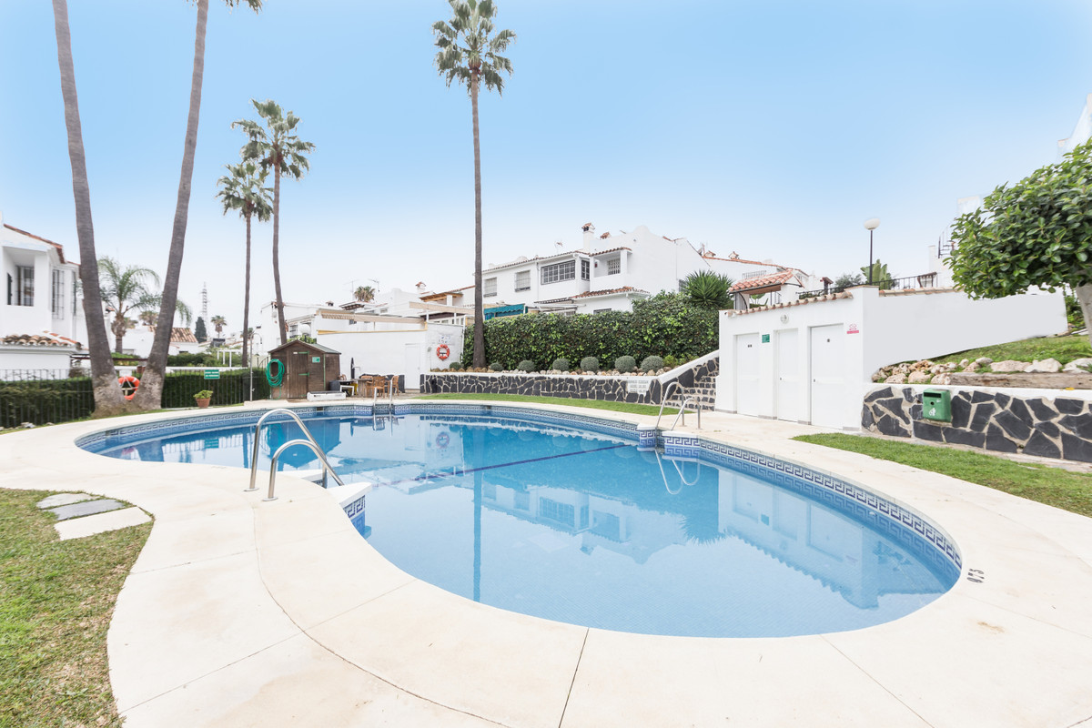 Townhouse renovated IN A CORNER and located in a closed and very cosy residential complex in Bel-Air,Spain