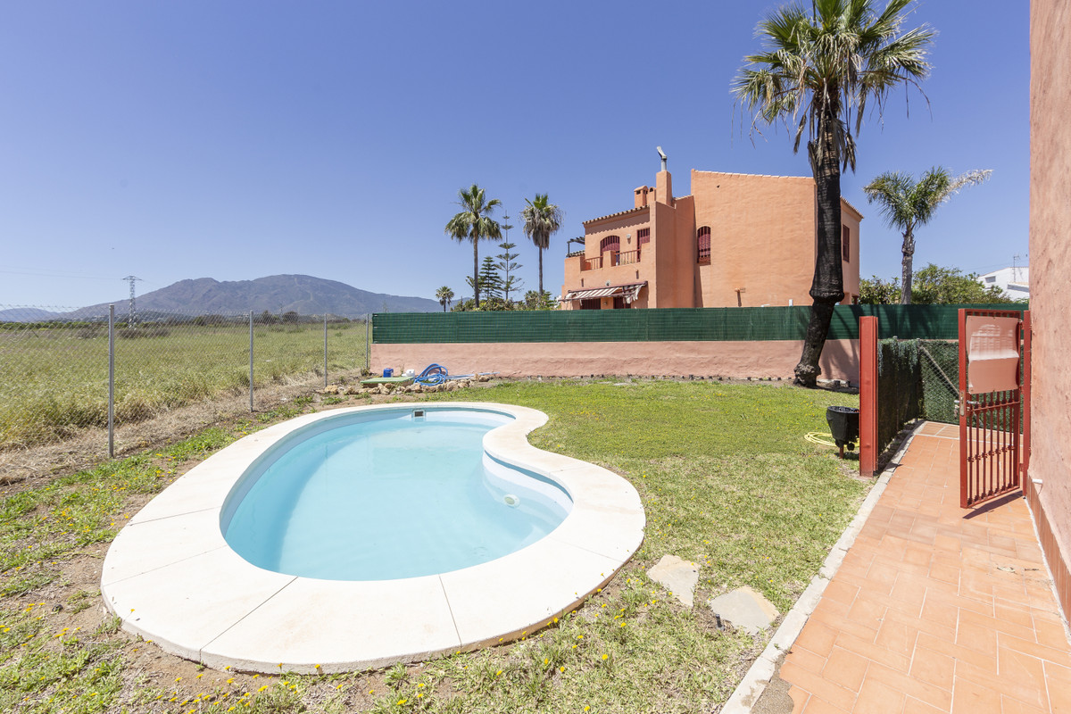 Spacious flat opposite the Kempinski Hotel in gated community with communal swimming pools, southwesSpain