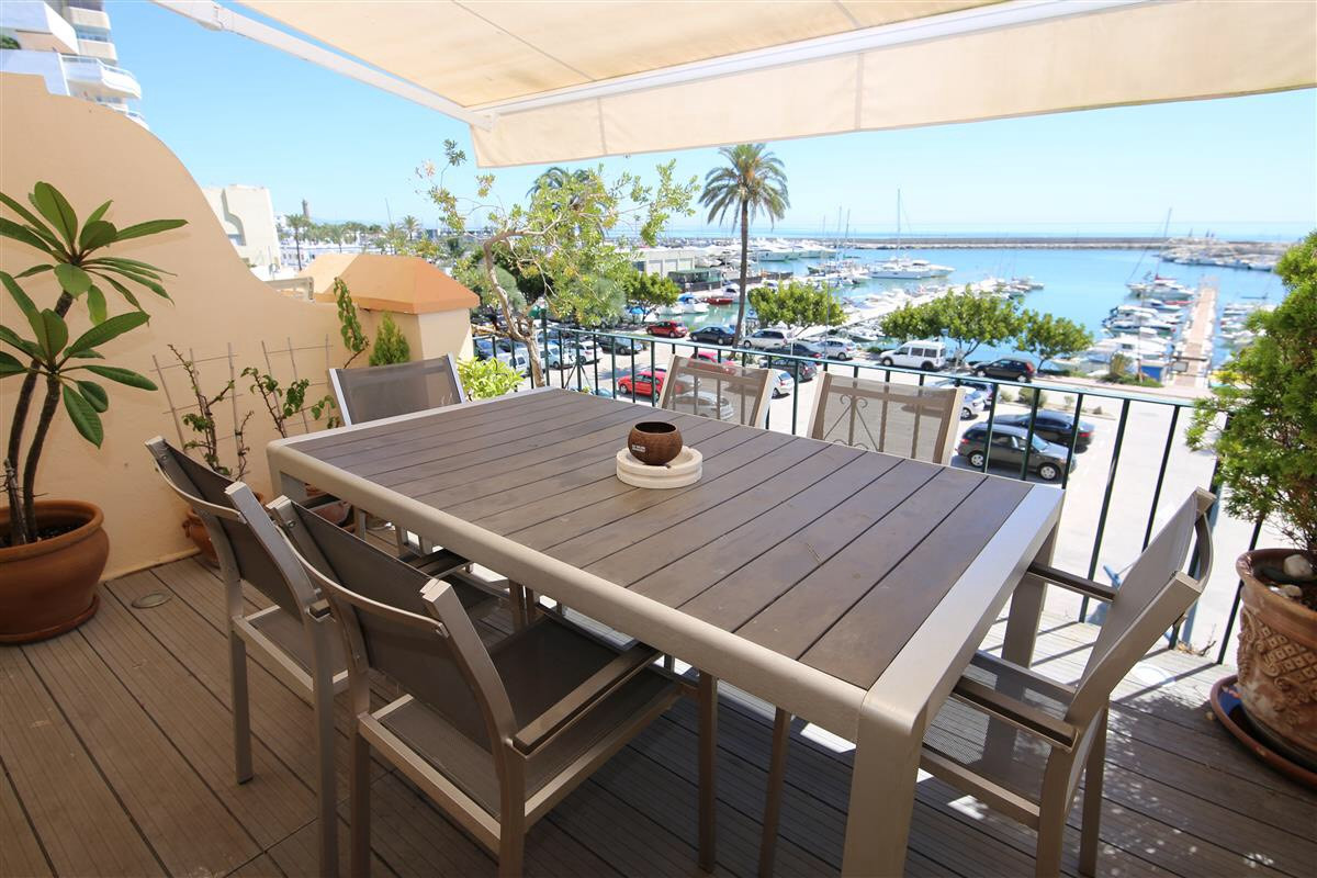 A great opportunity to purchase a 3 bedroom townhouse in the Belgravia Club in Estepona. The locatio, Spain