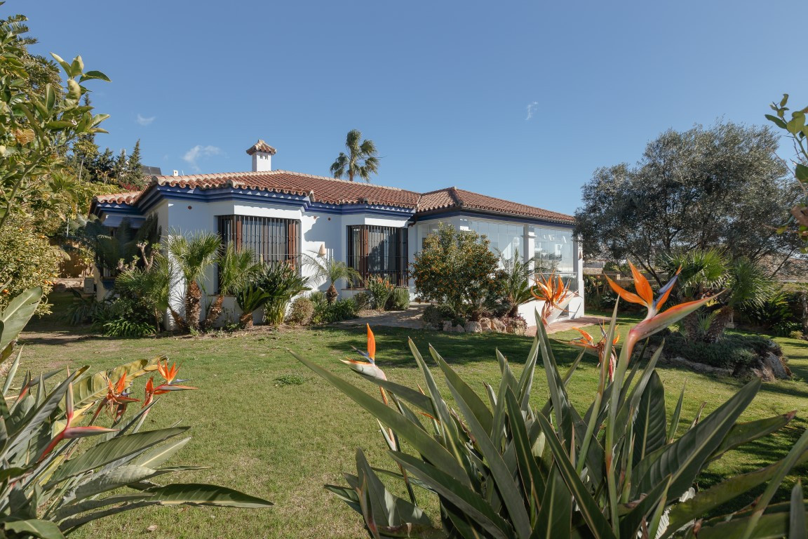 Detached Villa, La Duquesa, Costa del Sol. 3 Bedrooms, 4 Bathrooms, Built 423 m², Terrace 3 m², Gard, Spain