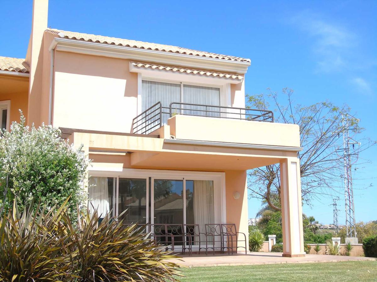 Semi-Detached House in El Paraiso R3417640