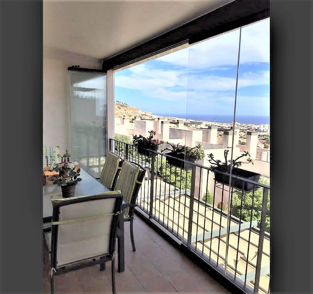 """Apartment with all the rooms with the best orientation (South) within a gated community in a v, Spain"