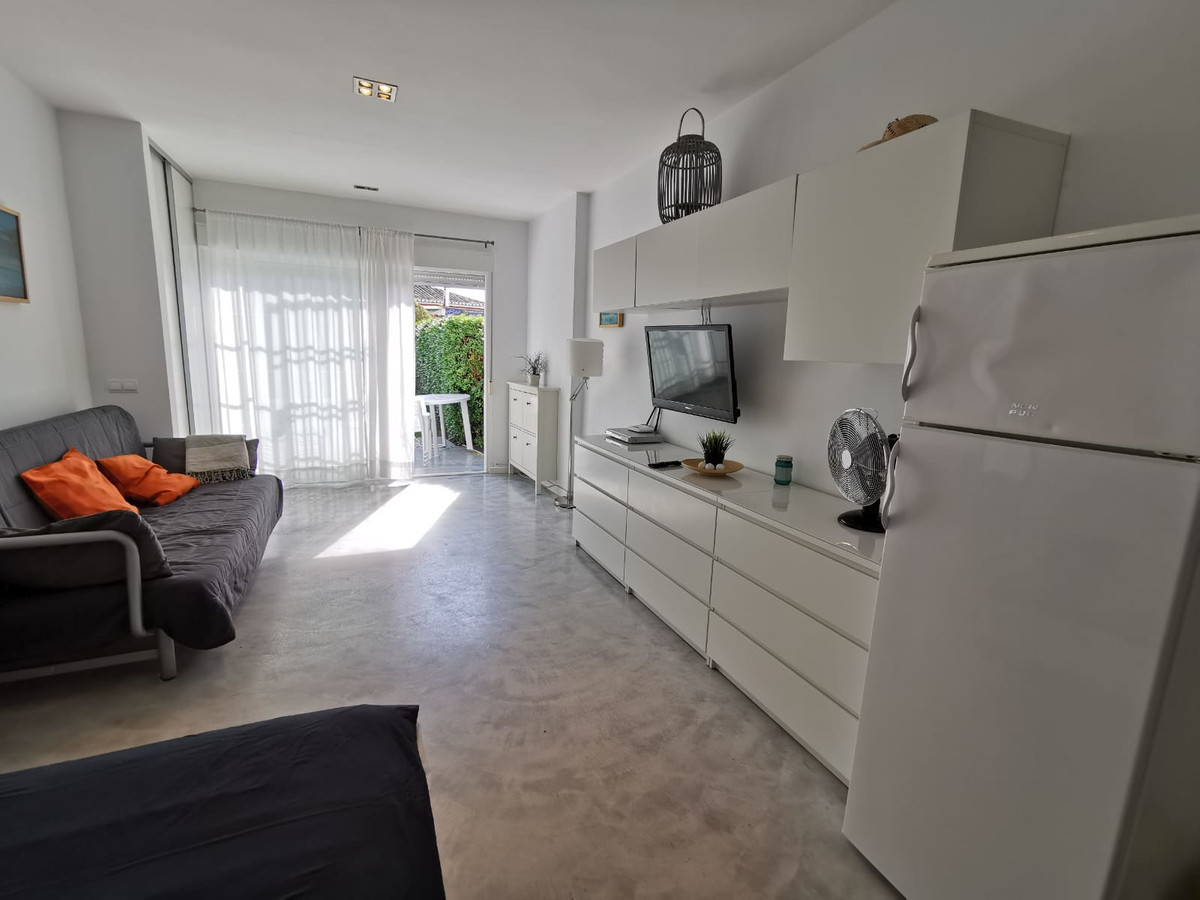 BEAUTIFUL STUDY FULLY REFORMED WITH PRIVATE GARDEN! Located a short distance from the beach and alon,Spain