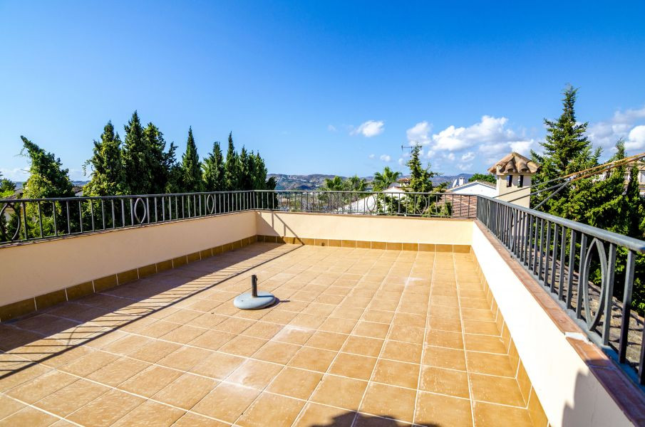 Spacious villa in one of the best urbanizations in Fuengirola. 3 floors, 2 kitchens, 2 large living , Spain