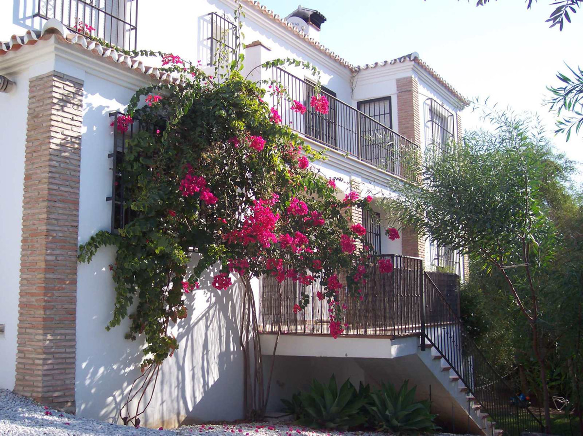 Large detached villa in Mijas campo, with 752 m2 of plot and 300 m2 build.  It has 5 bedrooms (4 of ,Spain