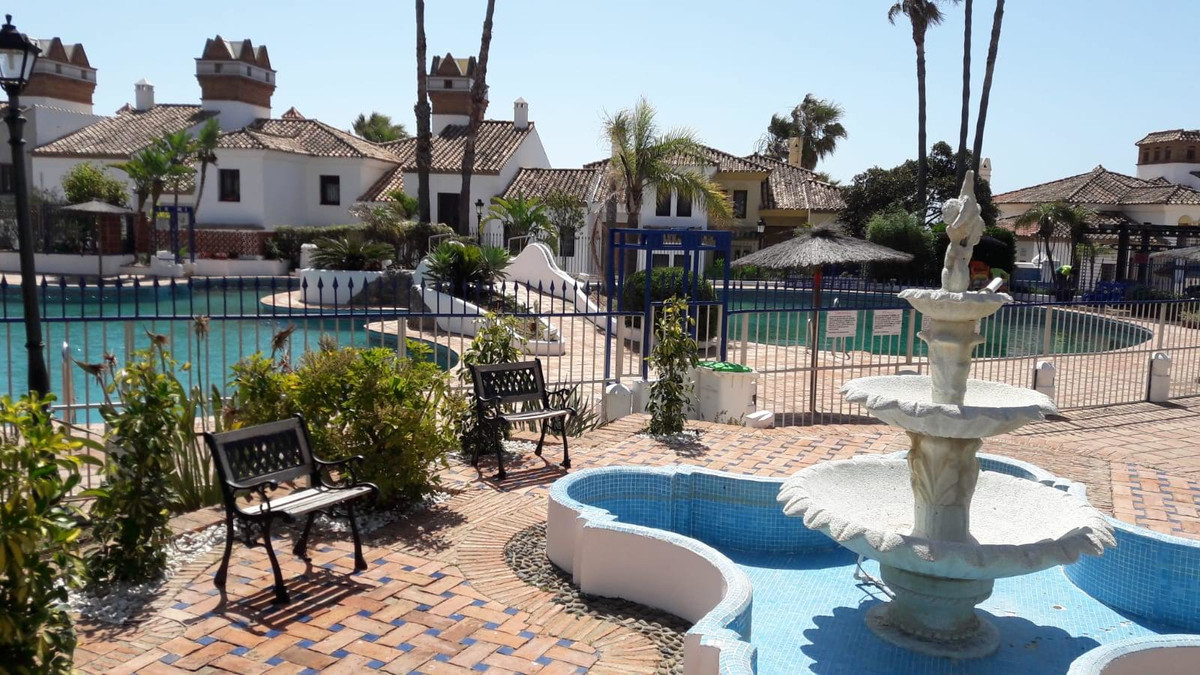 Semi-detached house with 3 bedrooms and large basement in La Alcaidesa, close to the beach, overlook,Spain