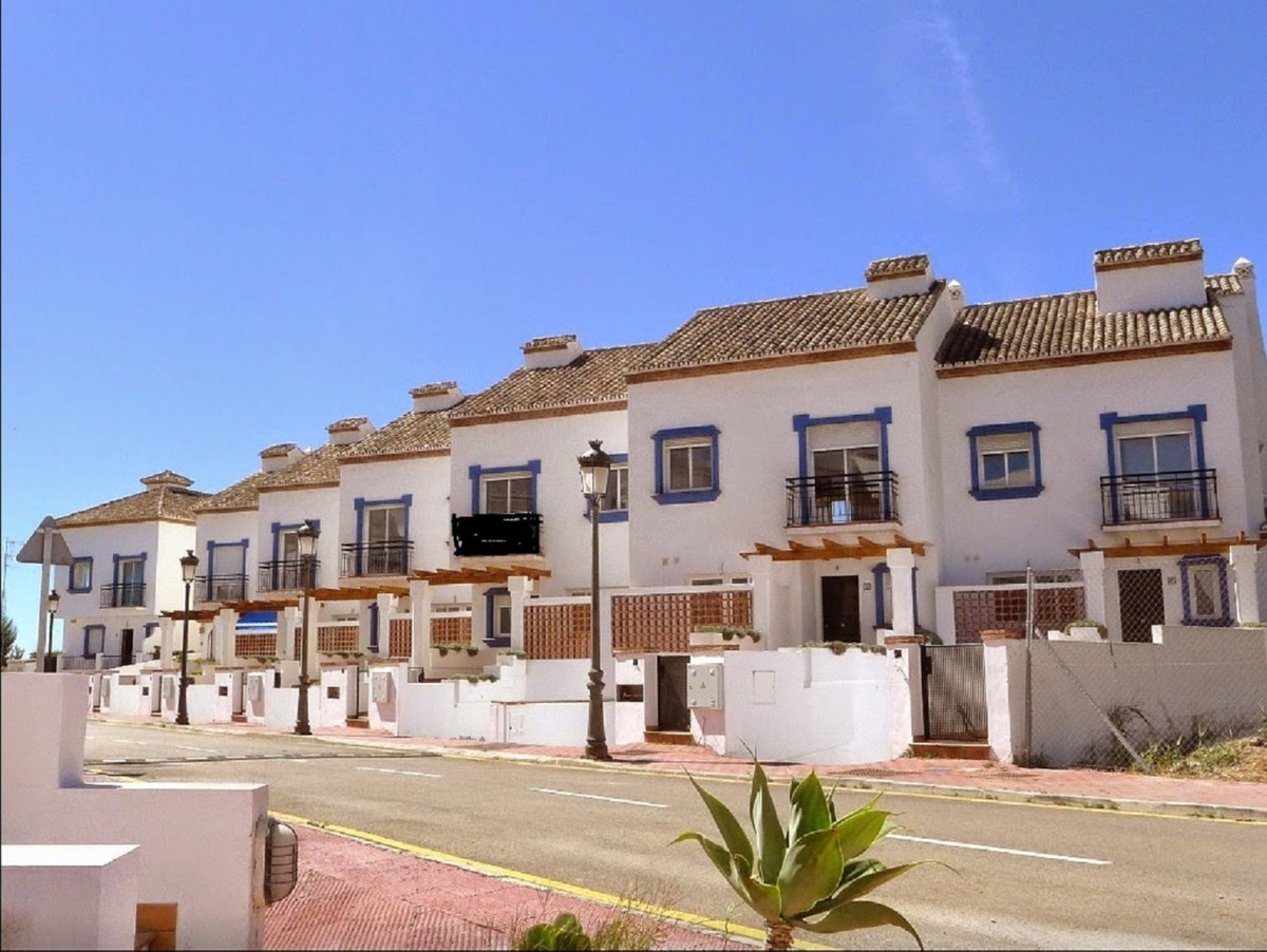 5 Townhouses for sale in Estepona, Costa del Sol. 4 Bedrooms, 3 Bathrooms, Built 240 m2, Garden/Plot, Spain