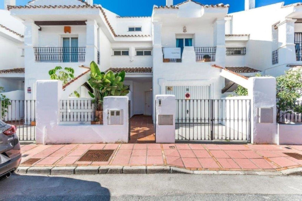 Townhouse in Los Naranjos - Very large 5-bedroom property spread over 3 floors and in an excellent l, Spain