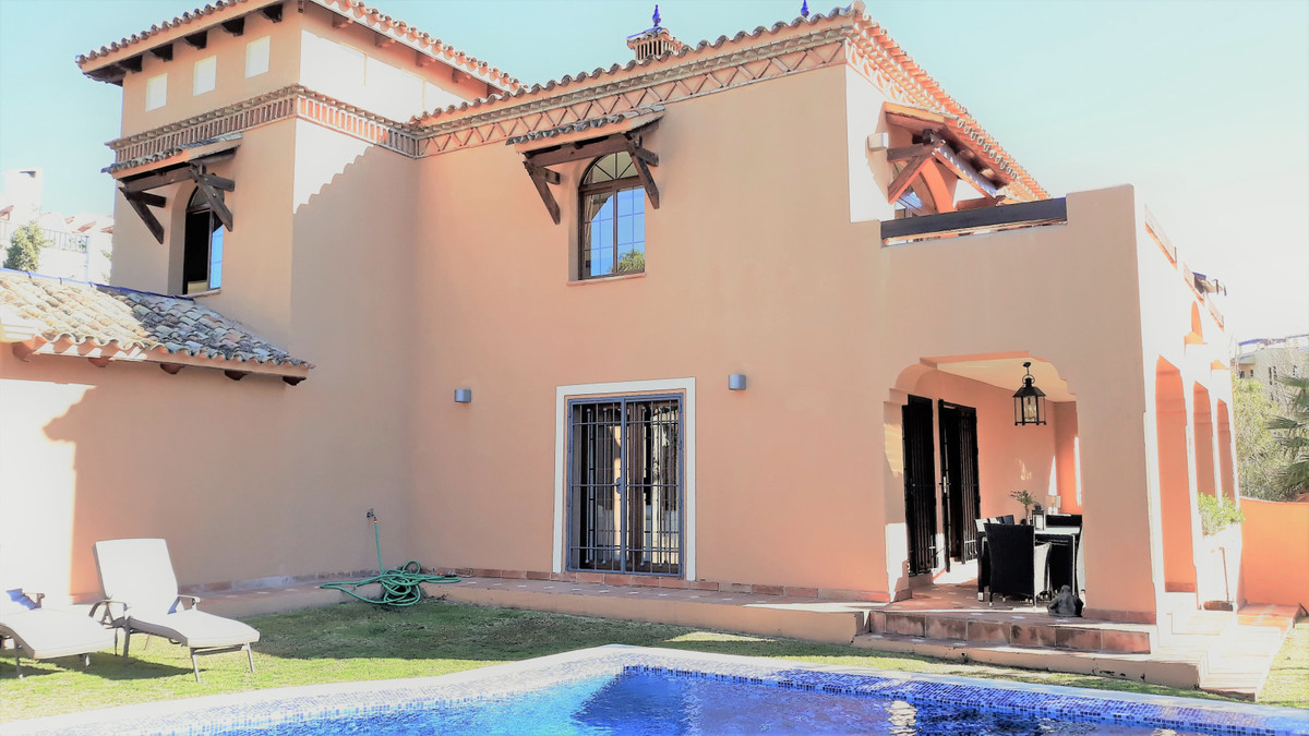 Villa  Detached 																					for rent 																			 in Estepona