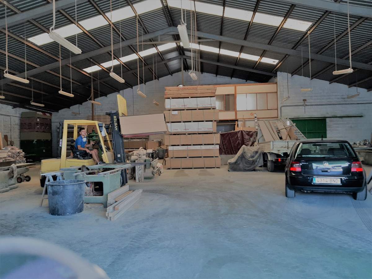 - COMMERCIAL Warehouse - Commercial ship for sale with a total area of 730m2 in the La Campana indus,Spain