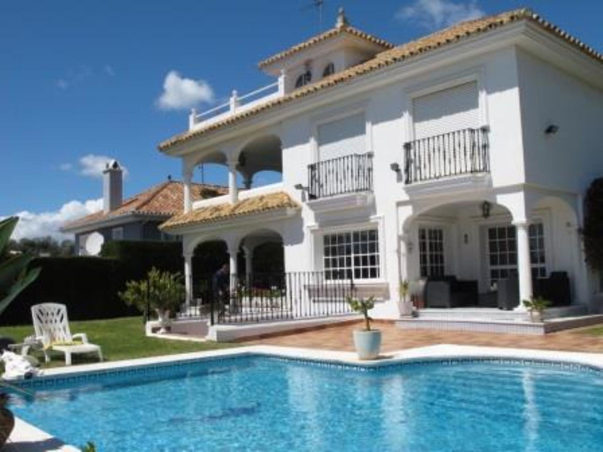 - CHARMING VILLA WITH ANDALUSIAN STYLE -  Villa with 4 bedrooms on a plot of 940 mtrs. located in Nu,Spain