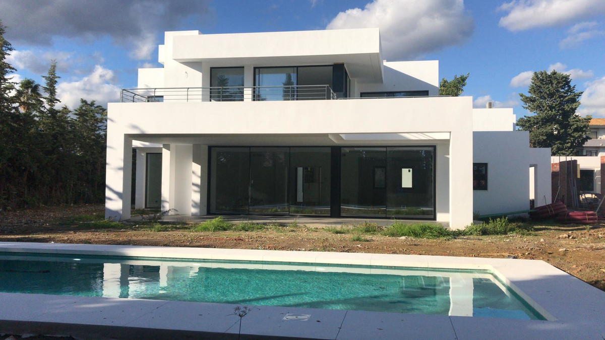 - MODERN VILLA AT 800 MTRS. OF THE BEACH -  This villa is located on a plot of 1,195 mtrs. modern st,Spain
