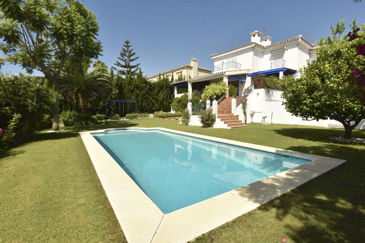Villa in Nueva Andalucia - Magnificent Andalusian style villa in an unbeatable location! Despite its, Spain