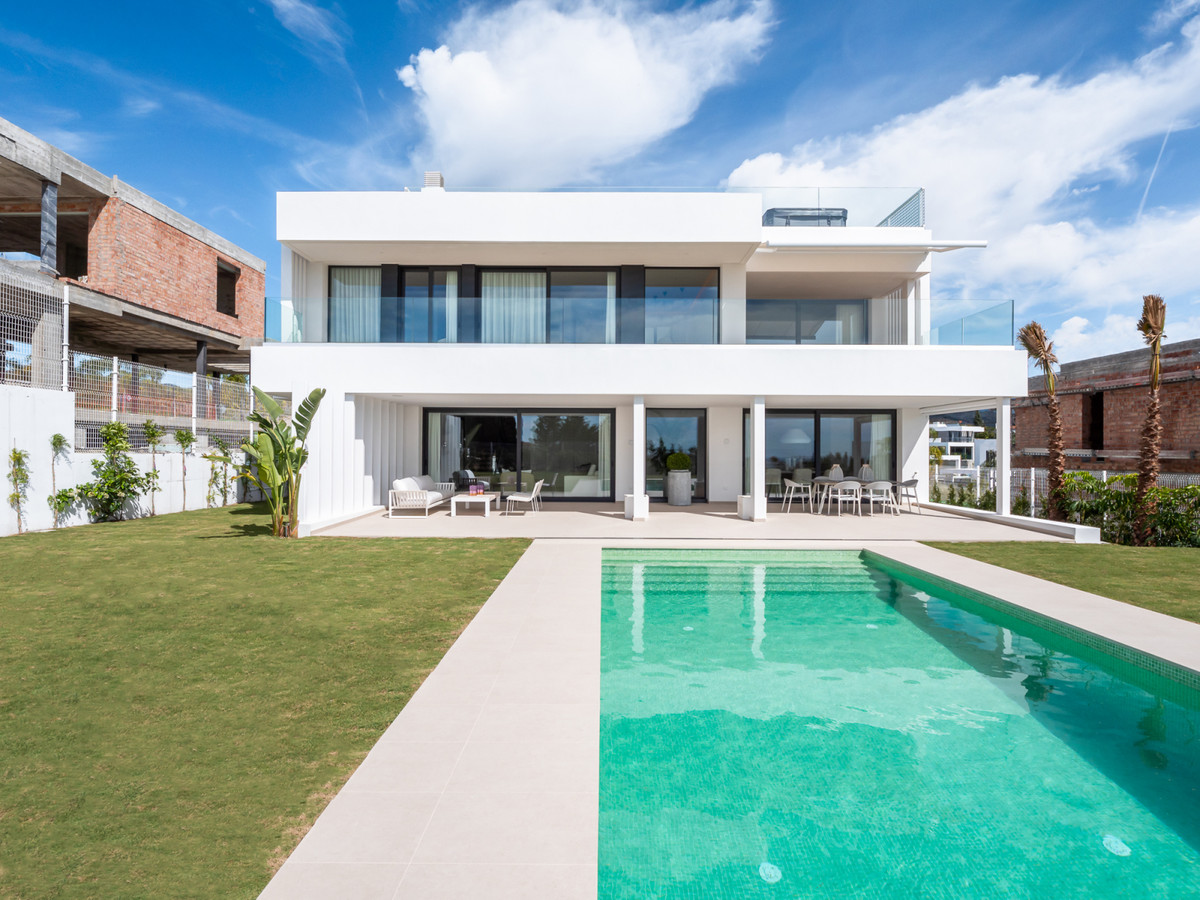 Contemporary villa located in a complex of only 7 villas located close to all kinds of services, clo Spain