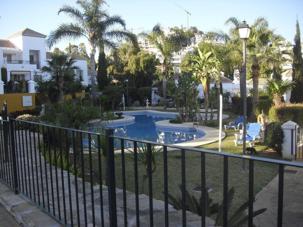 Impeccable corner apartment in Nueva Andalucia - 2 bedroom apartment newly painted in an enclosed An,Spain