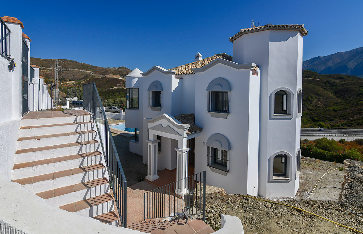 - THE BEST PRICE IN NUEVA ANDALUCIA -  Totally renovated villa with 3 bedrooms and 3 bathrooms locat, Spain