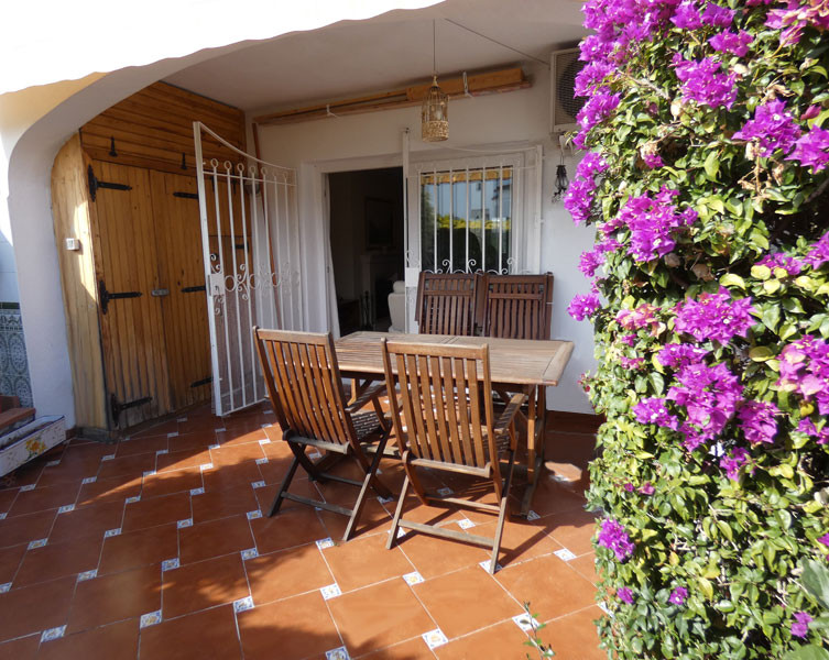 Open to offers! A 5 minute walk from the beaches of Benalmadena Costa, very pretty semi-detached house for sale in a charming urbanisation with large pool, garden and big community parking. The house includes two bedrooms and two bathrooms, one en suite, a semi open equipped kitchen and a living dining room with fireplace opening on a private garden terrace. In a perimeter close to the residence are a children's park, a big supermarket, a pharmacy, bars, restaurants, hairdresser, bus stop as well as the casino and the international golf course of Torrequebrada. The lively center of Arroyo de La Miel with its restaurants, bars, services and train station is a 6-minute drive and Malaga Airport is 20 minutes away. Ideal for small holiday home on the Costa del Sol.