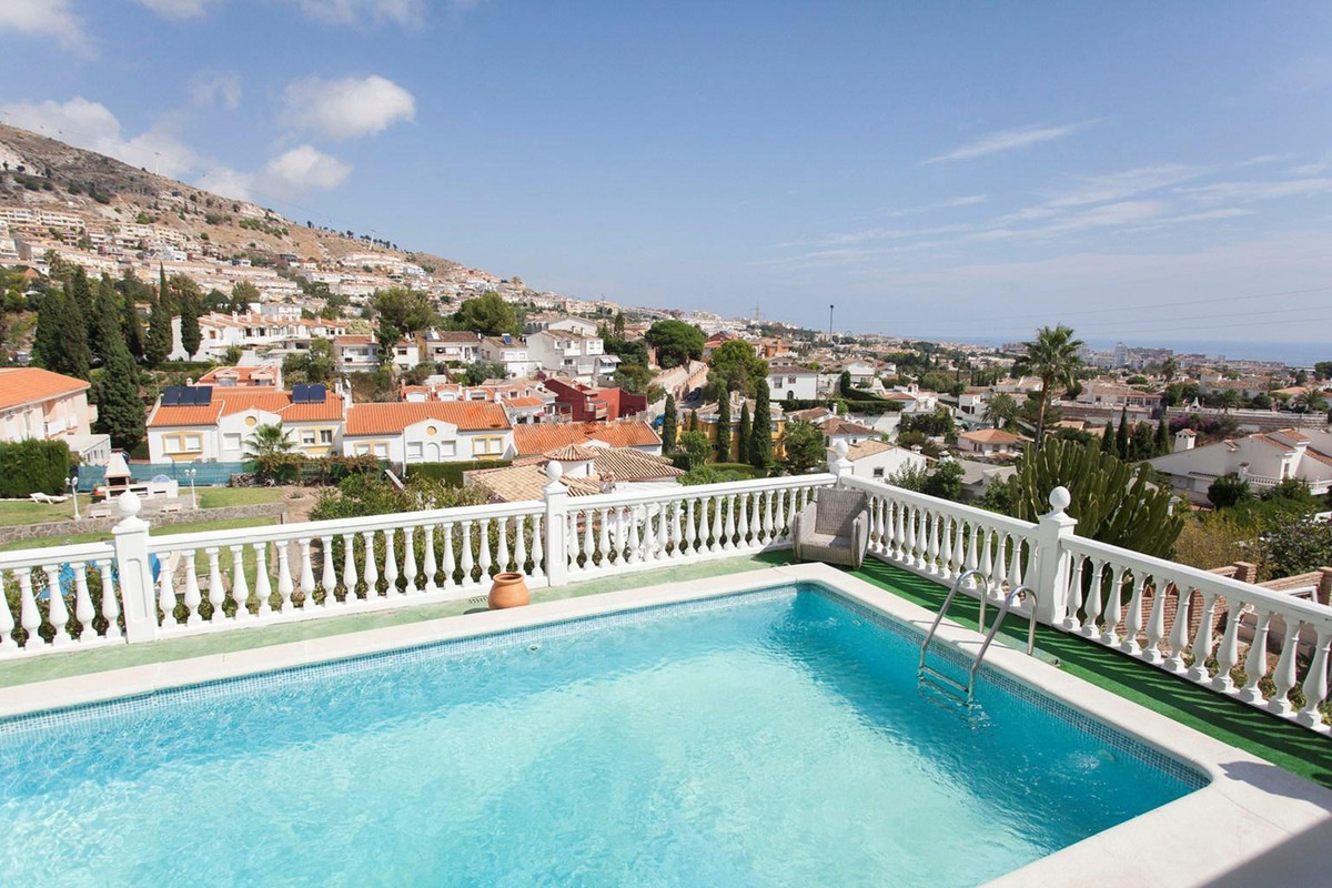 Charming detached Villa with swimming pool and sea view for sale in the center of Benalmadena. The H,Spain