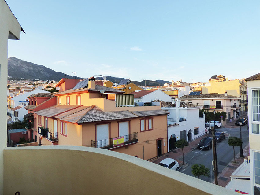Corner top floor apartment in a small building on a pedestrian street and in good condition centrall,Spain