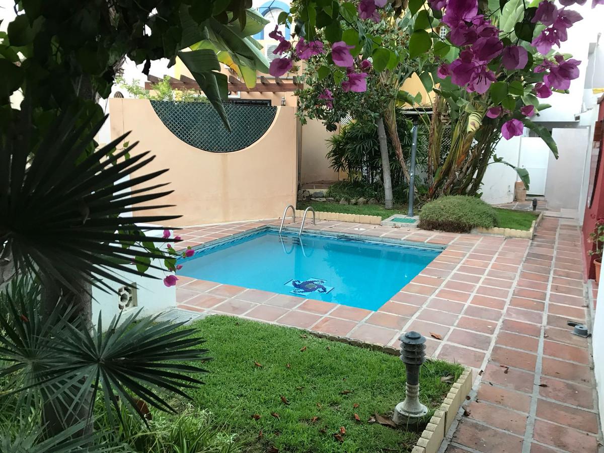 Villa, Semi Individuelle  en vente   et en location    à Nueva Andalucía