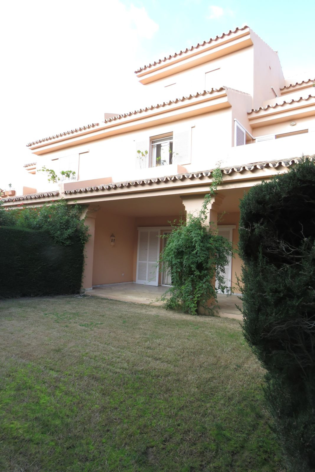 Magnificent townhouse located in Sotogrande. It has 5 bedrooms, three bathrooms and a guest toilet. , Spain