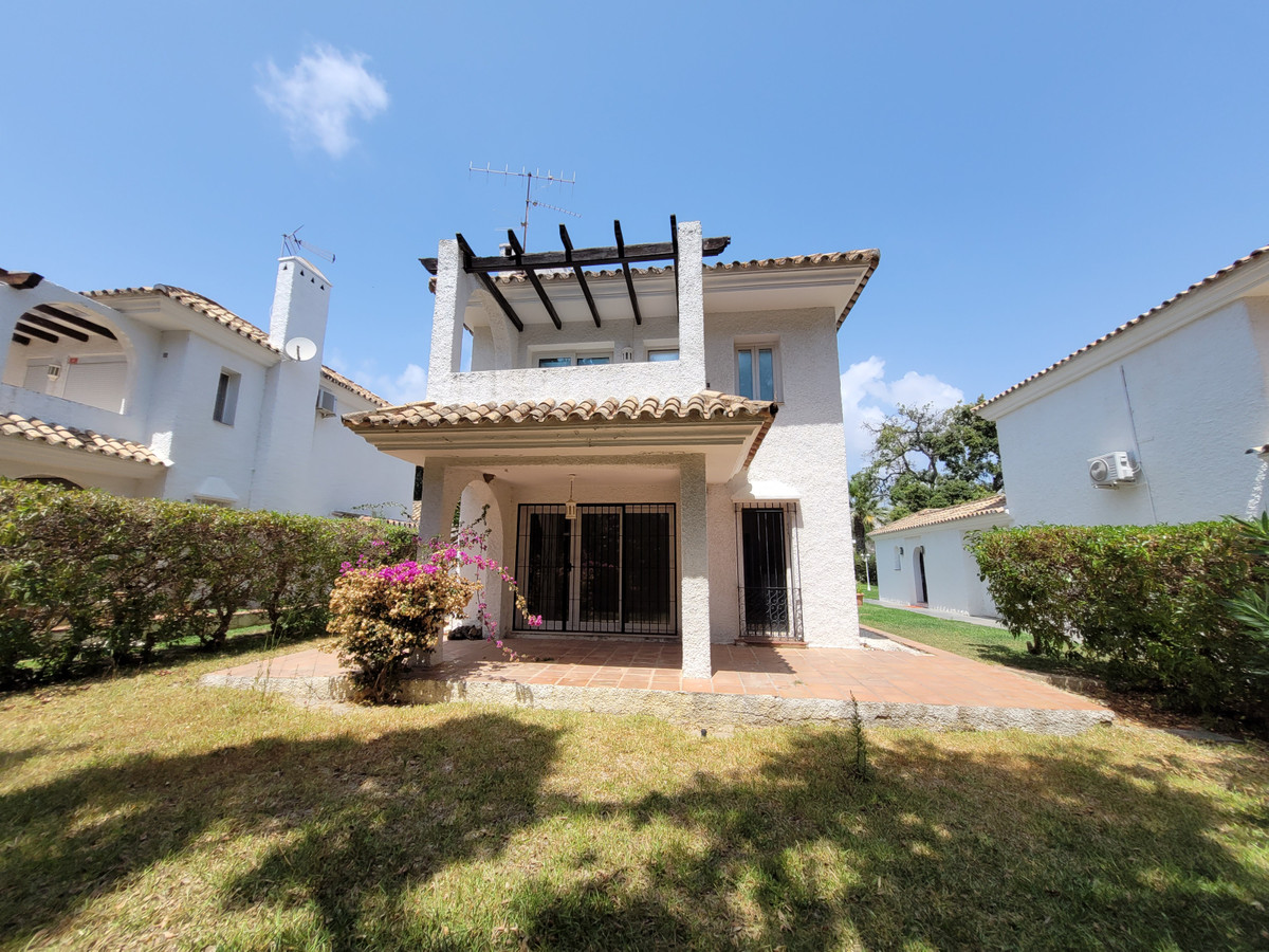 Bank owned villa – This independent villa is situated within a small community of villas in the hear,Spain