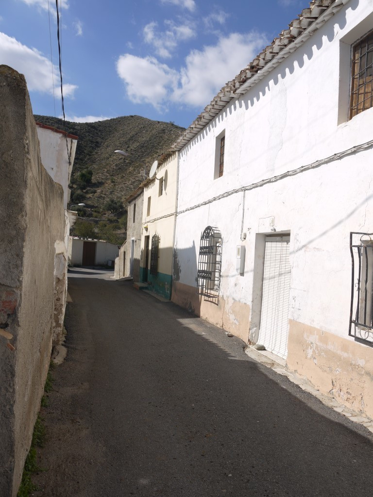 Charming farm house that is in need of renovation and modernisation located within a 15 minute drive, Spain