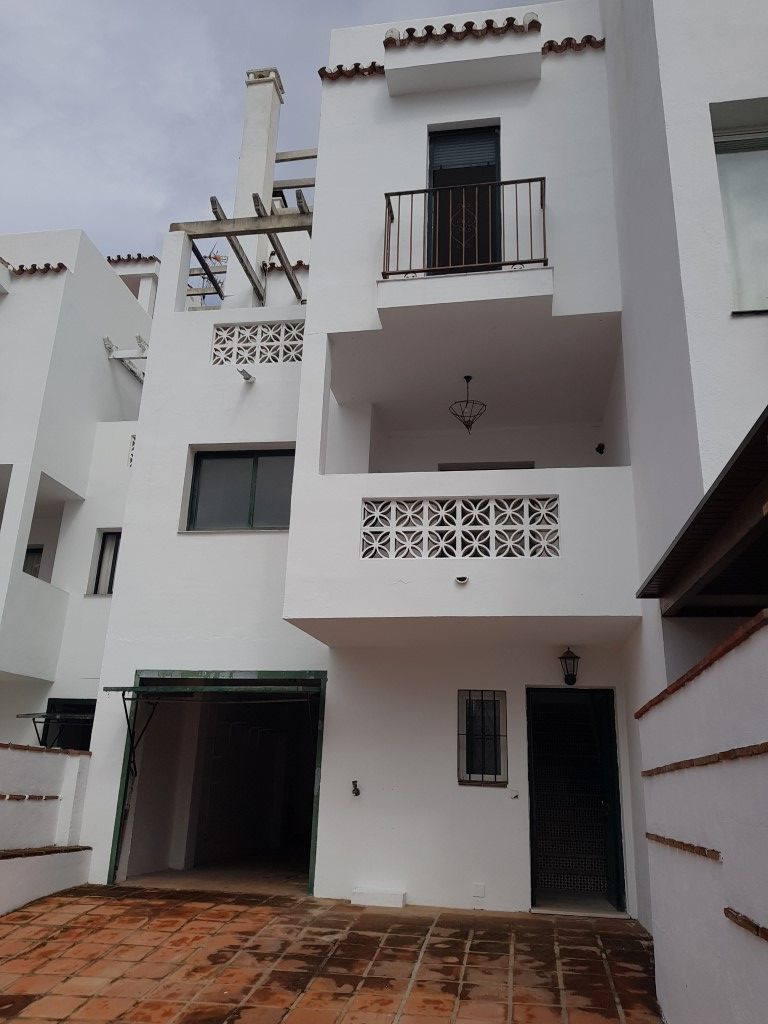 Great Opportunity to purchase a large 3 storey townhouse situated within 5 minutes from the centre o, Spain
