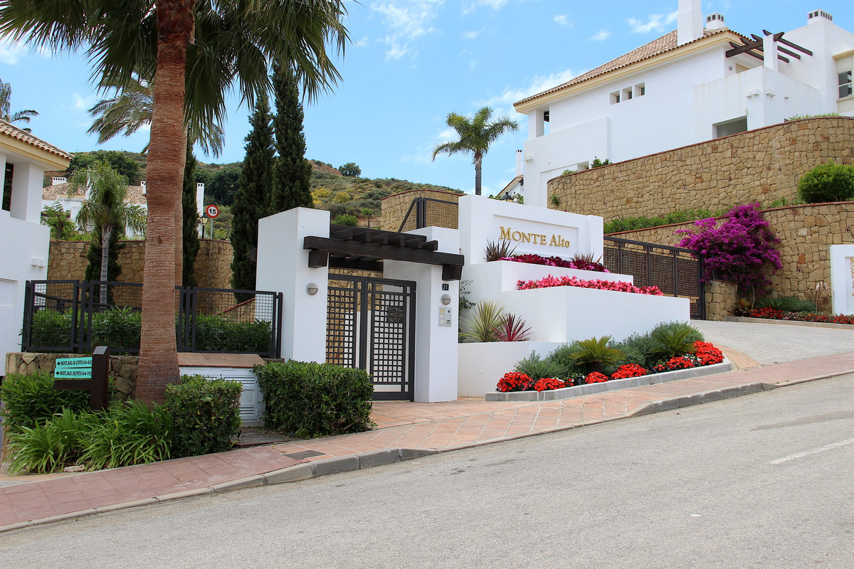 This bright and spacious top quality built townhouse is located front line golf in the gated complex,Spain