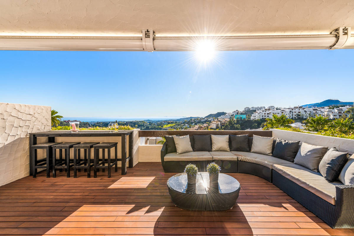Beautiful 3 bedroom / 2 bathroom big and sunny apartment for sale in the exclusive development La Az, Spain