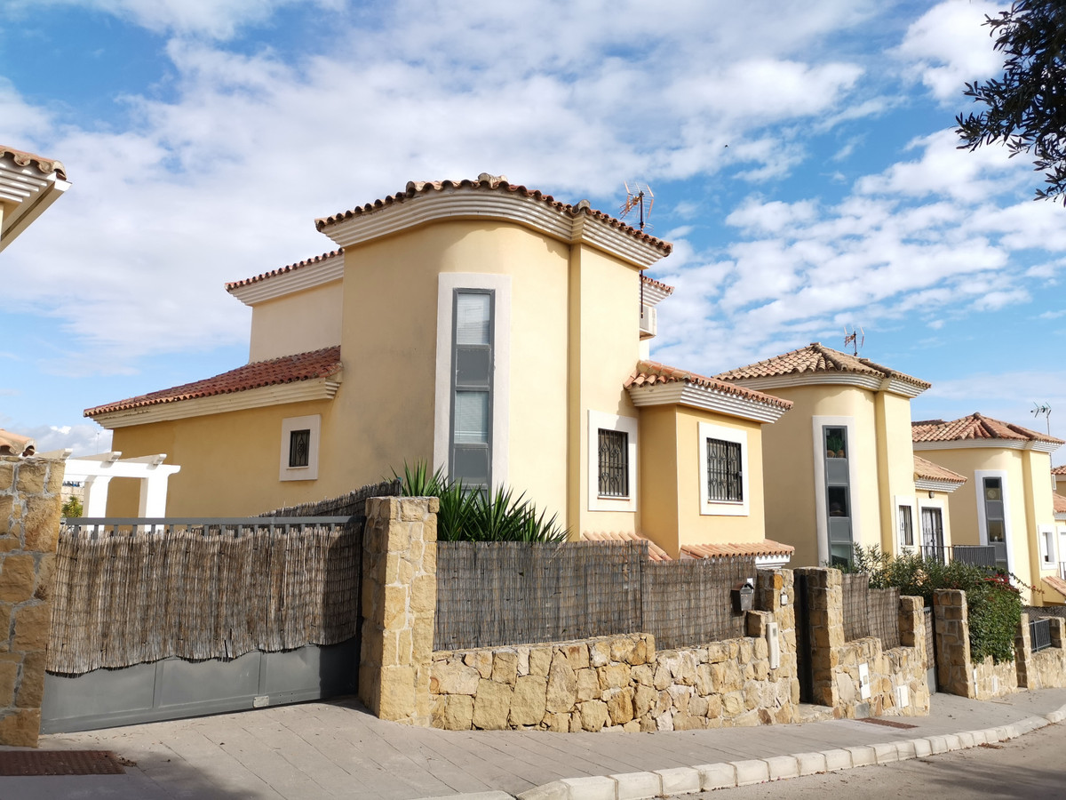 This is a charming,  independent, four-bedroom villa located in the urbanisation of Maria Teresa, lo,Spain