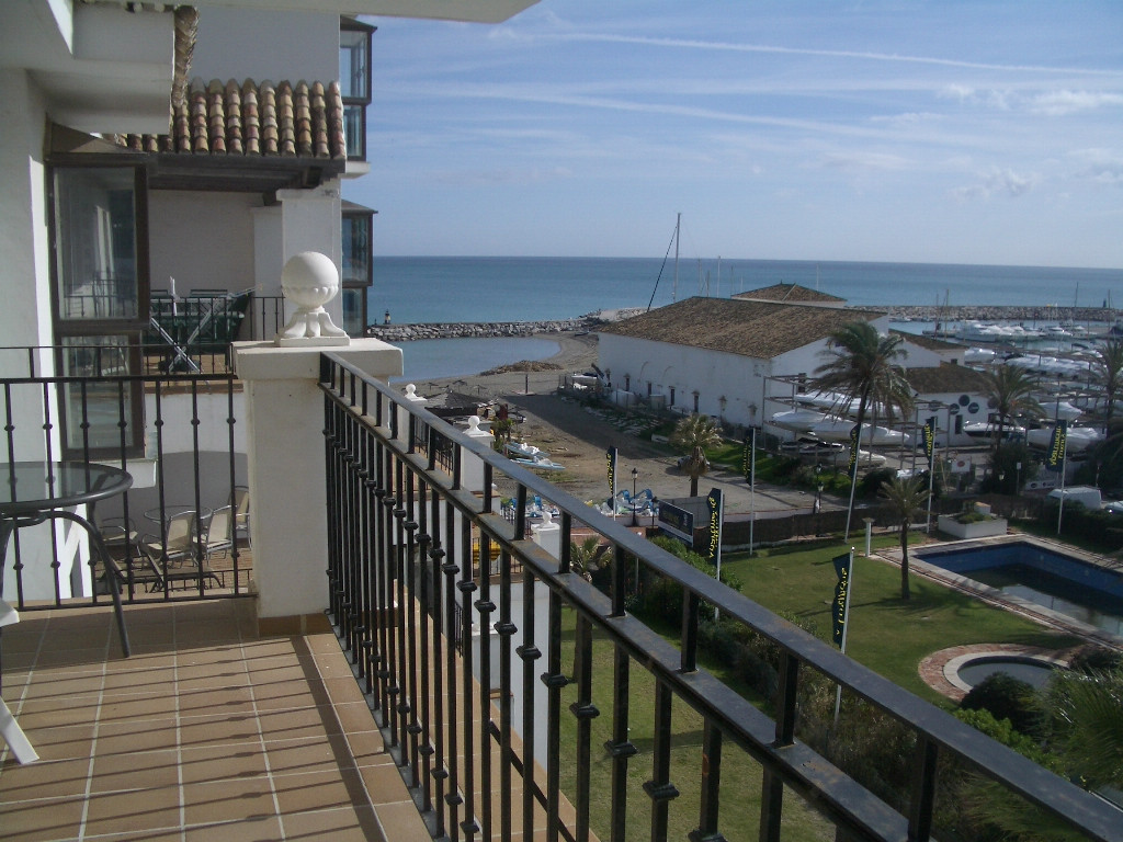 Lovely, South-West facing, 2 bedroom apartment situated in the fantastic front line beach urbanisati, Spain